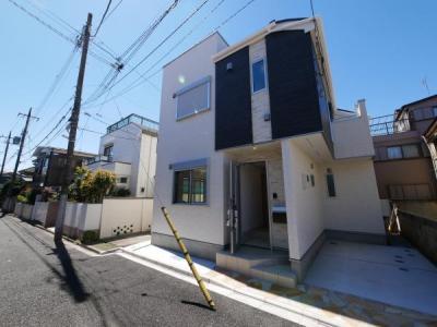 白と黒のコントラストが映える美しい新邸です。